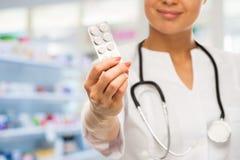 Doktorskvinna i apotek Royaltyfri Bild