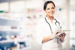 Doktorskvinna i apotek Fotografering för Bildbyråer
