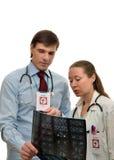 Doktorskvinna och man som tillsammans arbetar royaltyfria bilder