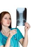 doktorskvinnlig som ser bildröntgenstrålen Arkivfoton