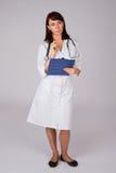 doktorskvinnlign poserar fundersamt Arkivbild
