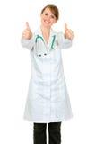 doktorsläkarundersökningen som visar att le, tumm upp kvinna arkivfoto