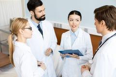 Doktorslag som diskuterar diagnos royaltyfria foton