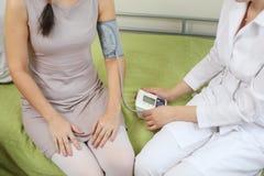 Doktorsmåtttryck till en kvinna Arkivfoton