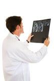 doktorsmrien läser arkivbild