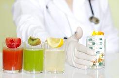 Doktorsnäringsfysiolog i regeringsställning med sunda frukter Arkivfoto