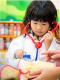 Doktorsockupationroll som spelar flickan Arkivfoto