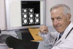 doktorspensionär arkivbild
