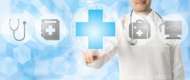 Doktorspunkter på läkarundersökningen korsar med medicinska symboler Royaltyfri Fotografi