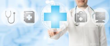 Doktorspunkter på läkarundersökningen korsar med medicinska symboler Royaltyfri Foto