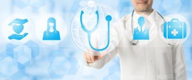 Doktorspunkter på stetoskopet med medicinska symboler royaltyfri fotografi