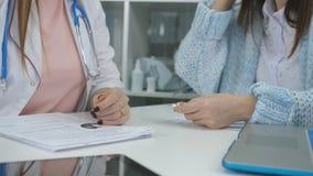 Doktorsreceptdroger för patient Slut upp av doktorshanden som ger medicinminnestavlan Medicinsk behandling läkarundersökning stock video
