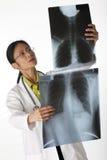 doktorsstrålar som granskar x arkivfoto