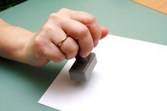 Doktorstempel in der Frauenhand Stockfotografie