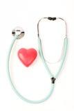 Doktorstethoskop und ein rotes Herz auf weißem Hintergrund Stockfoto