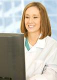 doktorze jej komputer patrzy na kobietę Obrazy Royalty Free