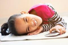 Dokuczać gest dziecko podczas gdy pytać dla wiszącej ozdoby, pojęcie dokucza dla telefonu komórkowego dziecko fotografia royalty free