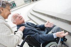Dokuczać niepełnosprawnego męża obrazy stock