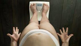 Dokuczająca kobiety pozycja na skalach z słowem otyłym na ekranie, nieudany dieting obraz stock