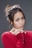 Dokuczająca 20s brunetka wyraża stroskanie i frustrację Fotografia Stock