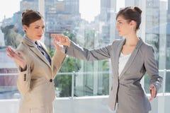 Dokuczający bizneswoman wskazuje przy jej rywalem zdjęcia stock
