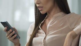 Dokuczający damy klapanie na ekranie, smartphone problemy techniczni, systemu zrozumienie zbiory