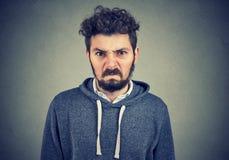 Dokuczający gniewny przyglądający młody człowiek zdjęcie stock