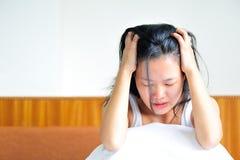 Dokuczający młodej kobiety obsiadanie na jej łóżku Obrazy Royalty Free