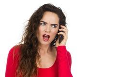 Dokuczająca gniewna kobieta opowiada na telefonie Fotografia Stock