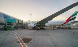 Dokujący dżetowy samolot w Dubaj lotnisku Zdjęcie Royalty Free