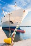 Dokujący suchego ładunku statek z bączastym łękiem Zdjęcia Royalty Free