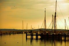 Dokujący jachty w marina przy zmierzchem Zdjęcia Stock