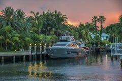 Dokujący Luksusowy jacht w drodze wodnej Fotografia Stock