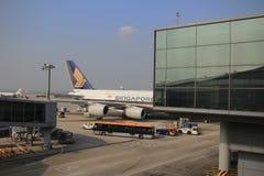 A380-800 dokujący w lotnisku w Hong Kong Hong Kong Internationa Zdjęcia Royalty Free