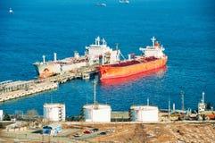 dokujący zbiornikowiec do ropy Zdjęcia Royalty Free