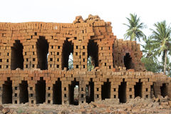 Dokumentär hand - gjorda tegelstenar i Indien Arkivfoton