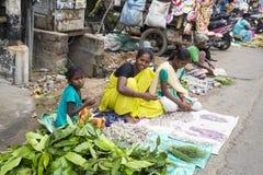 Dokumentär redaktörs- bild En oidentifierad indier på hans frukt och grönsak shoppar i en liten marknad för lantlig by i Tamil Na Royaltyfria Foton