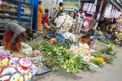 Dokumentär redaktörs- bild En oidentifierad indier på hans frukt och grönsak shoppar i en liten marknad för lantlig by i Tamil Na Arkivfoto