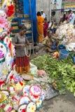 Dokumentär redaktörs- bild En oidentifierad indier på hans frukt och grönsak shoppar i en liten marknad för lantlig by i Tamil Na Royaltyfri Bild