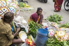 Dokumentär redaktörs- bild En oidentifierad indier på hans frukt och grönsak shoppar i en liten marknad för lantlig by i Tamil Na Arkivbild