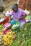 Dokumentär redaktörs- bild En oidentifierad indier på hans frukt och grönsak shoppar i en liten marknad för lantlig by i Tamil Na Fotografering för Bildbyråer