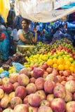 Dokumentär redaktörs- bild En oidentifierad indier på hans frukt och grönsak shoppar i en liten marknad för lantlig by i Tamil Na Arkivbilder