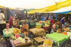 Dokumentär redaktörs- bild En oidentifierad indier på hans frukt och grönsak shoppar i en liten marknad för lantlig by i Tamil Na Royaltyfria Bilder