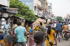 Dokumentär redaktörs- bild En oidentifierad indier på hans paraplymarknad shoppar i en liten lantlig by i Tamil Nadu Royaltyfria Bilder
