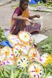 Dokumentär redaktörs- bild En oidentifierad indier på hans paraplymarknad shoppar i en liten lantlig by i Tamil Nadu Royaltyfria Foton