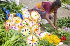 Dokumentär redaktörs- bild En oidentifierad indier på hans paraplymarknad shoppar i en liten lantlig by i Tamil Nadu Arkivfoto