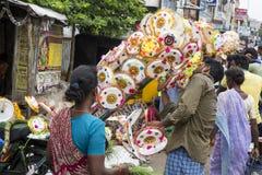 Dokumentär redaktörs- bild En oidentifierad indier på hans paraplymarknad shoppar i en liten lantlig by i Tamil Nadu Fotografering för Bildbyråer