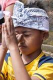 Dokumentär redaktörs- bild Folk som ber i templet, religionhinduismbuddism, Bali Indonesien Royaltyfria Bilder