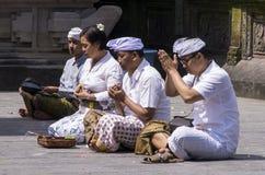 Dokumentär redaktörs- bild Folk som ber i templet, religionhinduismbuddism, Bali Indonesien Arkivbild