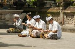 Dokumentär redaktörs- bild Folk som ber i templet, religionhinduismbuddism, Bali Indonesien arkivfoto